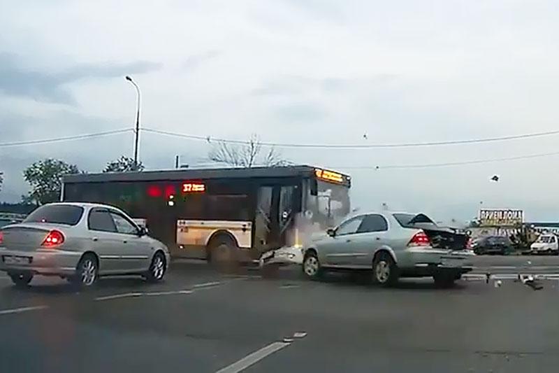 Những tình huống tai nạn giao thông ngớ ngẩn. Khi lưu thông trên đường, chúng ta không ít lần được chứng kiến những tình huống giao thông hy hữu. Đoạn video dưới đây là minh chứng rõ nét cho điều đó. (CHI TIẾT)