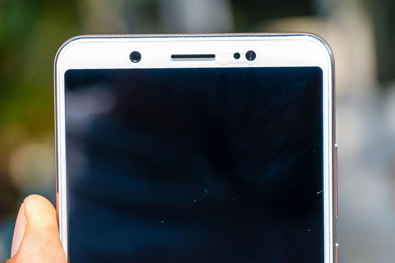 Camera selfie 24 MP, khẩu độ f/2.0, có đèn flash LED trợ sáng. Máy ảnh này có chế độ chụp Face Beauty 7.0, chụp ảnh chân dung, hiệu ứng ánh trăng (Moonlight Flash).