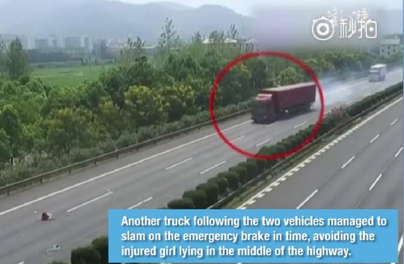 """Xe container phanh """"cháy lốp"""" tránh bé gái rơi khỏi ôtô. Chiếc ôtô tông vào đuôi xe tải khiến bé gái bị văng ra giữa đường cao tốc. Xe container chạy phía sau đã phải phanh gấp để tránh đứa bé. (CHI TIẾT)"""