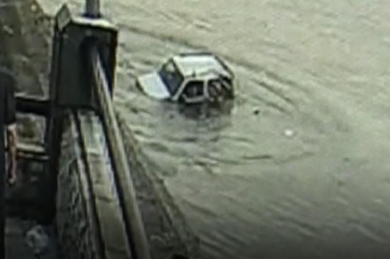 Nhầm chân phanh với chân ga, nữ tài xế lùi ôtô rơi xuống sông. Nữ tài xế điều khiển xe ôtô đi lùi. Tuy nhiên, vì nhầm chân ga và chân phanh nên người phụ nữ đã khiến chiếc xe rơi xuống sông. (CHI TIẾT)