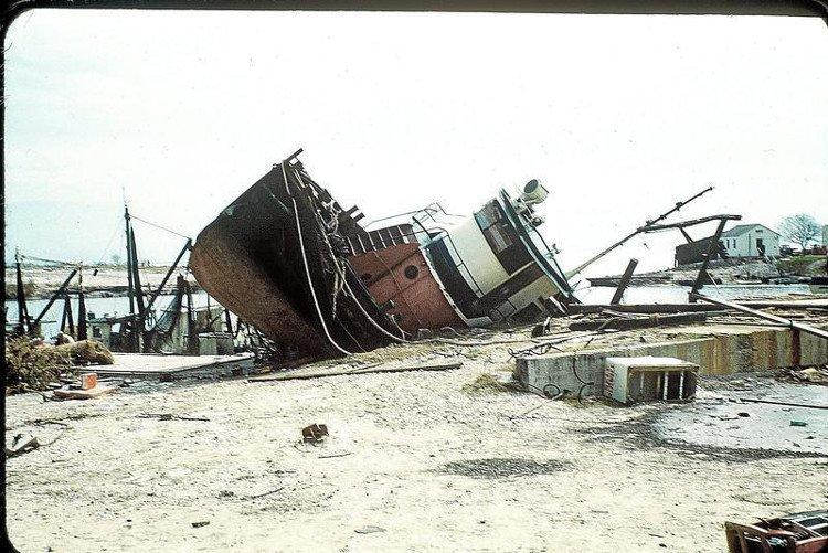 Bão Carla, 1961: Khởi đầu từ vùng áp thấp nhiệt đới ở biển Caribbean ngày 3/9/1961, Carla trở thành bão lớn, sau đó đổ bộ khu vực Port O'Connor và Port Lavaca ở bang Texas, Mỹ, với sức gió lên tới 280km/h. Đây là cơn bão dữ dội nhất ở Đại Tây Dương theo Chỉ số về sự khắc nghiệt của bão (SHI), hệ thống đo lường sức mạnh và sức phá hủy của các cơn bão. Carla gây ra 18 cơn lốc xoáy, khiến 46 người thiệt mạng và hơn 450 người bị thương, gây thiệt hại hơn 400 triệu USD, phá hủy gần 2.000 ngôi nhà ở Texas. (Ảnh: victoriaadvocate.com).