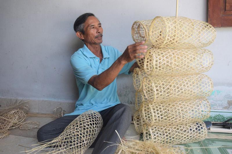 Một người đàn ông chuyên đan lờ ở xã Quế Châu. Ảnh: báo Quảng Nam.
