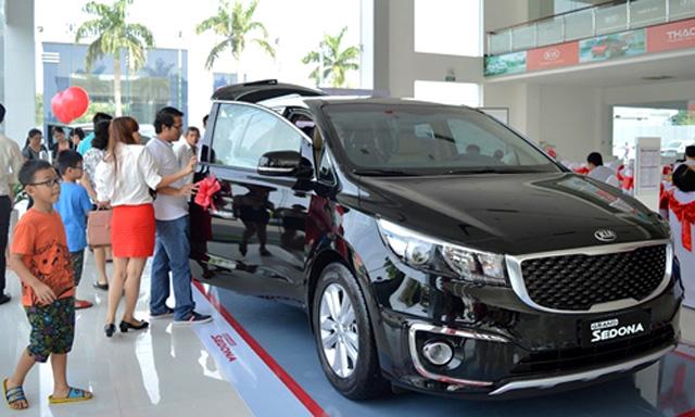 Các hãng đua nhau giảm giá, thị trường ôtô Việt vẫn bết bát. Thị trường tháng 8 tăng nhẹ nhưng doanh số toàn ngành trong 8 tháng vẫn giảm tới 6% so với cùng kỳ 2016. (CHI TIẾT)