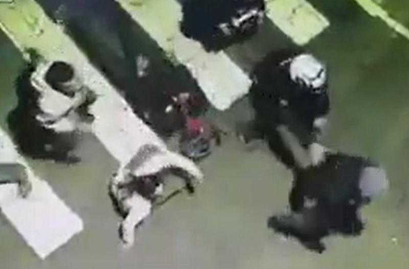 Khung cảnh chạy tán loạn của nhóm người trước khi ôtô lao tới.