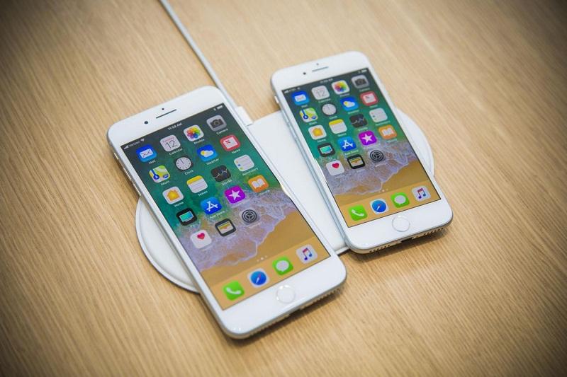 """Trên tay iPhone 8 và iPhone 8 Plus. iPhone 8 và iPhone 8 Plus vừa được ra mắt tại Mỹ vào tối qua (12/9, giờ Việt Nam). Bộ đôi này có một số thay đổi về thiết kế và cấu hình so với """"đàn anh"""" iPhone 7, iPhone 7 Plus. (CHI TIẾT)"""