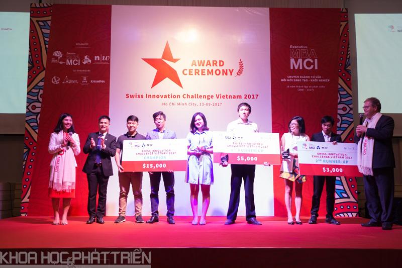 Ban tổ chức Cuộc thi trao giải cho các dự án đoạt giải