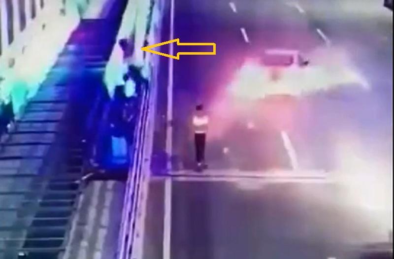 Mải dùng điện thoại, cô gái bị ôtô tông bay người. Hai cô gái trẻ đi dưới lòng đường vì mải dùng điện thoại mà 1 người bị xe ôtô tông bay người. Trong khi đó, người còn lại không hề hay biết bạn mình bị tai nạn. (CHI TIẾT)