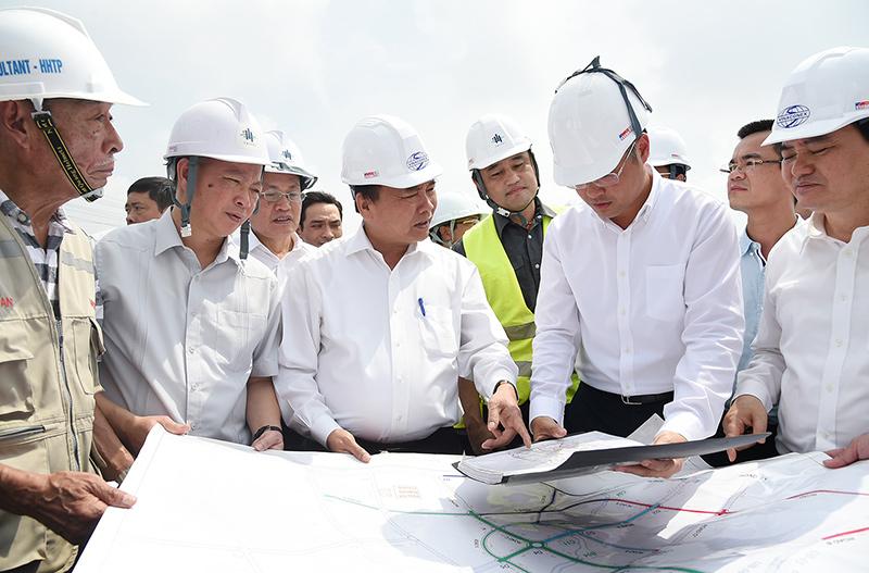 Thủ tướng (giữa) và đoàn công tác thị sát một số địa điểm triển khai dự án xây dựng ĐHQGHN tại Hòa Lạc. Ảnh: Thống Nhất