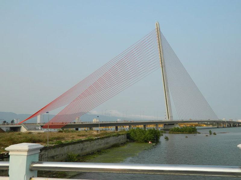 Cầu Trần Thị Lý được xem là một trong những địa điểm check-in hút khách bậc nhất thành phố Đà Nẵng. Ảnh: Đào Việt Dũng.