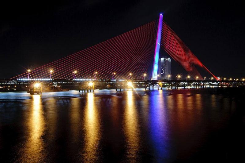 Tới năm 2010 cầu mới bắt đầu được thi công và được đưa vào sử dụng vào tháng 3/2013. Ảnh: Hachi8.