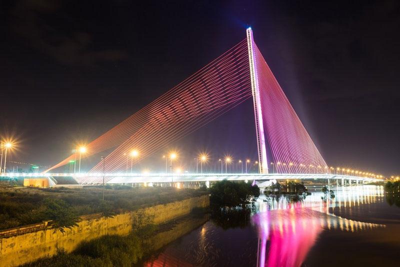 Đây được cho là cây cầu có kiến trúc độc đáo vào loại nhất nhì Việt Nam với trụ dây văng nghiêng tạo dáng cầu đẹp và lạ mắt. Ảnh: Le Quang.