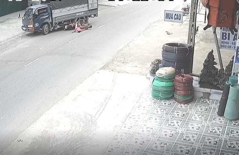 Phóng xe tốc độ cao, 2 thanh niên nằm gọn dưới bánh xe tải. Hai thanh niên điều khiển xe máy với tốc độ cao, va chạm với xe tải đang quay đầu khiến cả 2 nằm gọn dưới bánh xe. (CHI TIẾT)