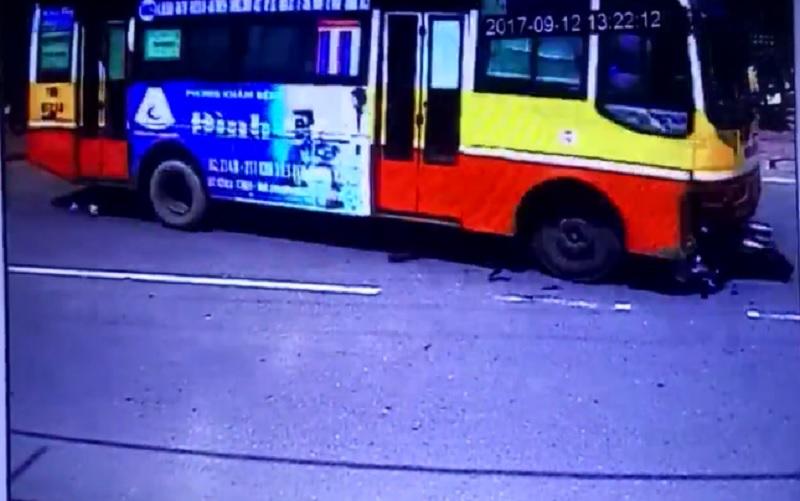 Xe buýt lấn làn, gây tai nạn chết người ở Nam Định. Xe buýt trong đoạn video dưới đây chạy với tốc độ cao, lấn làn, cán tử vong một người phụ nữ đi xe máy. (CHI TIẾT)