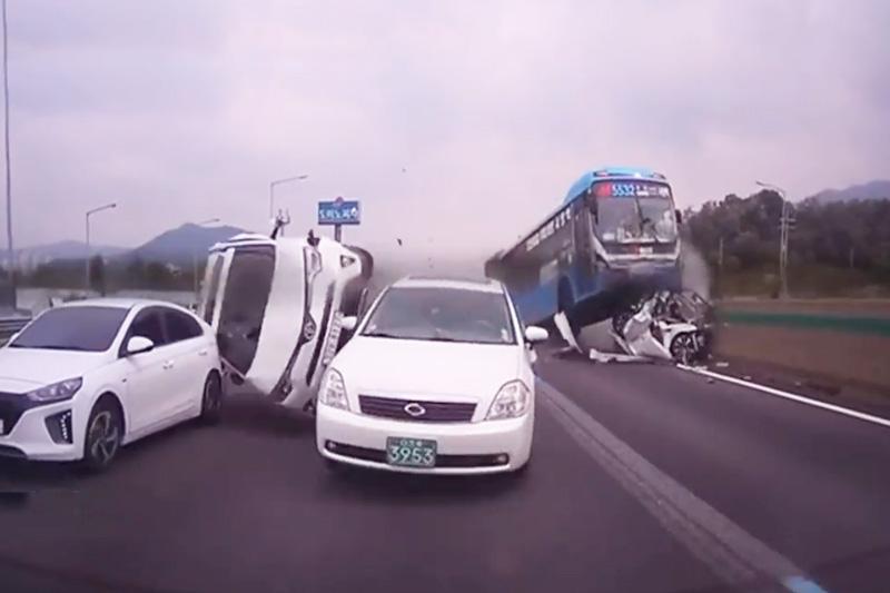 Tài xế xe buýt ngủ gật, gây tai nạn kinh hoàng. Do tài xế ngủ gật lúc điều khiển nên chiếc xe buýt ở đoạn video dưới đây đã gây ra tai nạn giao thông thảm khốc. (CHI TIẾT)