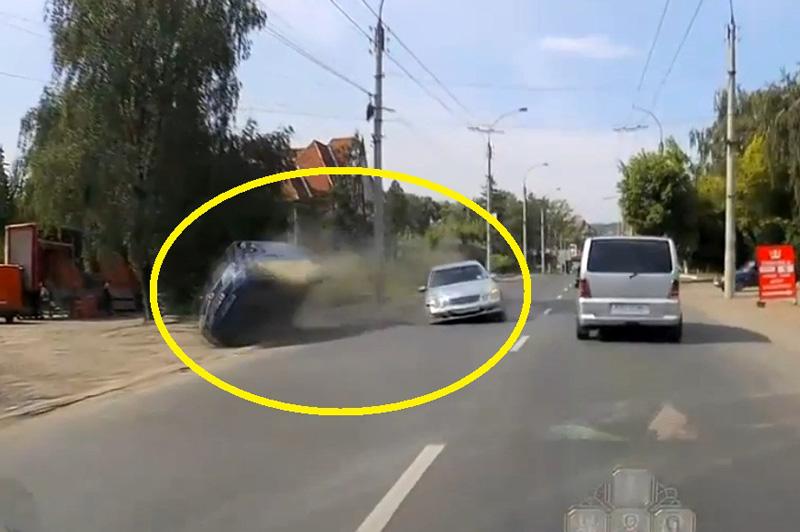 Va chạm với xe Mercedes, ôtô lăn lộn trên đường. Sau khi va chạm với chiếc Mercedes (không rõ model), xe ôtô ở đoạn video dưới đây đã lăn lộn nhiều vòng trên đường. (CHI TIẾT)