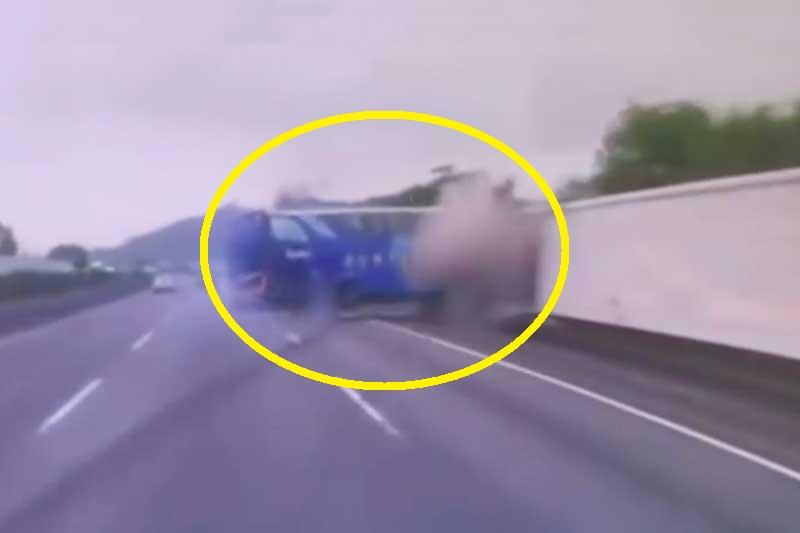 Tài xế mất lái, xe buýt gặp tai nạn thảm khốc. Do tài xế thiếu tập trung dẫn tới việc mất kiểm soát tay lái nên chiếc xe buýt trong đoạn video sau đây đã gặp tai nạn giao thông nghiêm trọng. (CHI TIẾT)