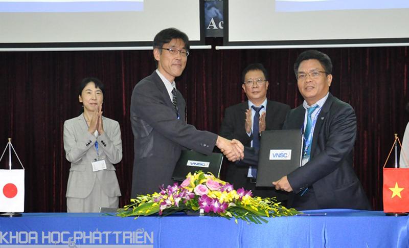 Đại diện Trung tâm Vũ trụ Việt Nam và Cơ quan Nghiên cứu và Phát triển hàng không vũ trụ Nhật Bản ký kết thỏa thuận.