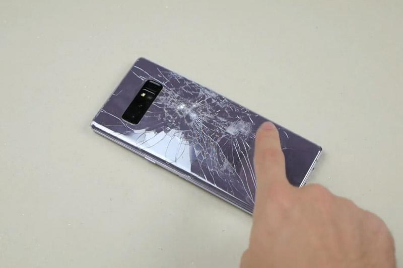 """""""Tra tấn"""" Samsung Galaxy Note 8 bằng dao và búa. Sau khi trải qua bài kiểm tra độ bền bằng dao và búa, Samsung Galaxy Note 8 đã nát bét và bị chết nguồn hoàn toàn. (CHI TIẾT)"""