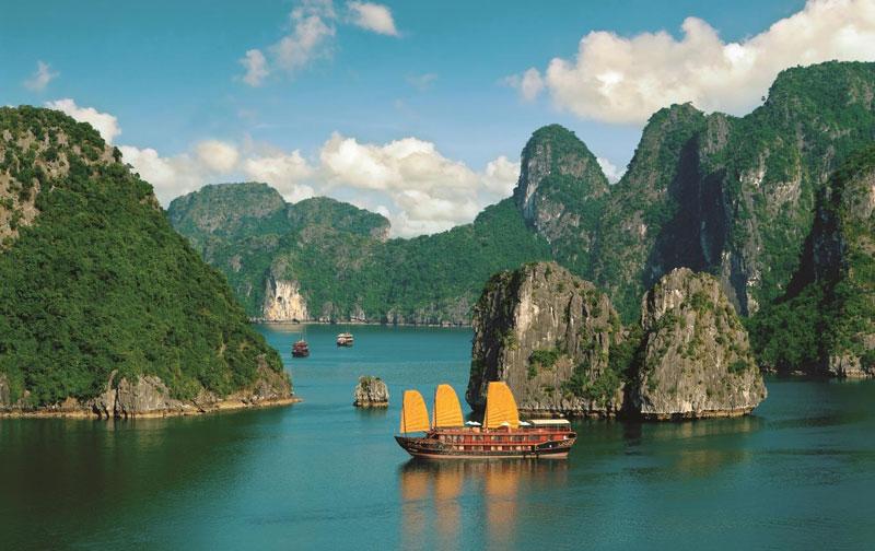 1. Vịnh Hạ Long. Là một vịnh nhỏ thuộc phần bờ tây vịnh Bắc Bộ tại khu vực biển Đông Bắc Việt Nam, bao gồm vùng biển đảo thuộc thành phố Hạ Long, thành phố Cẩm Phả và một phần huyện đảo Vân Đồn của tỉnh Quảng Ninh. Vịnh giới hạn trong diện tích khoảng 1.553 km2, bao gồm 1.969 hòn đảo lớn nhỏ, phần lớn là đảo đá vôi, trong đó vùng lõi của vịnh có diện tích 335 km2 quần tụ dày đặc 775 hòn đảo. Vịnh Hạ Long cùng với đảo Cát Bà tạo thành một trong 21 khu du lịch quốc gia đầu tiên ở Việt Nam. Năm 1994 vùng lõi của vịnh Hạ Long được UNESCO công nhận là Di sản Thiên nhiên Thế giới với giá trị thẩm mỹ (tiêu chuẩn vii), và được tái công nhận lần thứ 2 với giá trị ngoại hạng toàn cầu về địa chất-địa mạo (tiêu chuẩn viii) vào năm 2000.