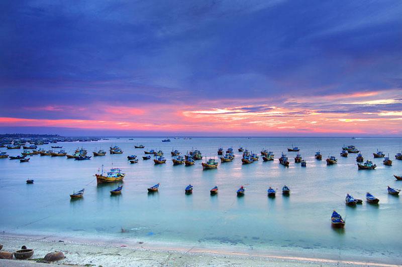 7. Mũi Né. Là tên một mũi biển và trung tâm du lịch nổi tiếng ở Phan Thiết, Bình Thuận được đưa vào danh sách các khu du lịch quốc gia Việt Nam. Từ một dải bờ biển hoang vu với các đồi cát đỏ như sa mạc nằm rất xa đường giao thông, chỉ có lác đác vài xóm chài nghèo, Mũi Né đã mọc lên hàng trăm khu resort. Khi đến Mũi Né, du khách sẽ có thể được tham quan làng chài Mũi Né, có cơ hội chứng kiến được hoạt động của một làng chài xứ biển thuần chất Việt Nam.