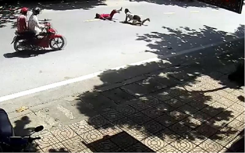 Xe máy tông gãy chân người qua đường tại Hà Giang. Nam thanh niên điều khiển xe máy với tốc độ cao trong khu dân cư đã tông phải 2 người phụ nữ đang qua đường khiến 1 người gãy chân. (CHI TIẾT)