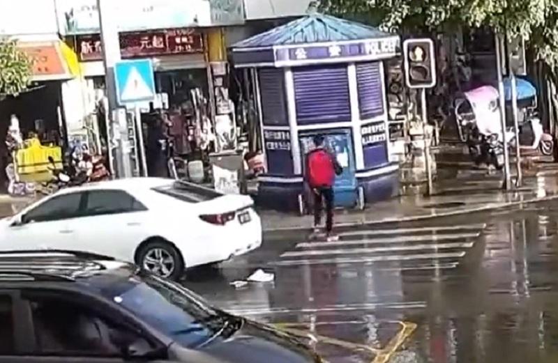 Bị đâm văng lên nắp capô, nam thanh niên sống sót thần kỳ. Nam thanh niên điều khiển xe máy qua đường ẩu, bị xe hơi tông văng lên nắp capô. Thật may khi người này không bị thương tích gì. (CHI TIẾT)