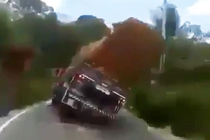 Chiếc xe tải chuẩn bị lật.