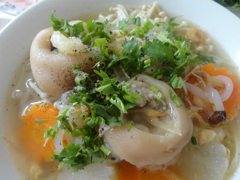 Mẹo chế biến món bánh canh giò heo ngon miễn chê. Bánh canh giò heo là món ăn quen thuộc đối với người Việt Nam. Món ngon này giàu dinh dưỡng và phù hợp với hầu hết mọi lứa tuổi. (CHI TIẾT)