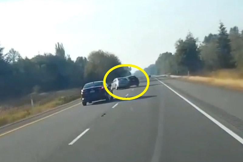 Tài xế vượt ẩu, xe Toyota gây tai nạn khủng khiếp. Do tài xế vượt ẩu và mất lái nên chiếc Toyota Matrix trong đoạn video sau đây đã gây ra vụ tai nạn giao thông nghiêm trọng. (CHI TIẾT)