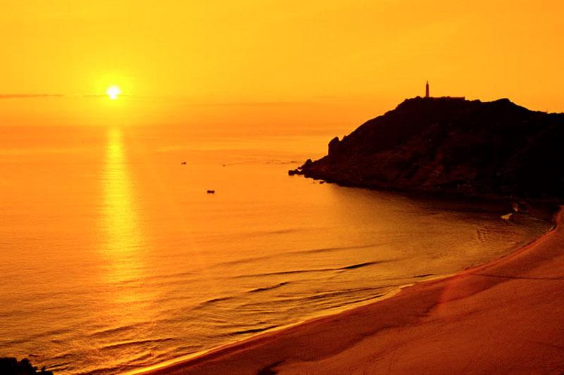 Mũi Đại Lãnh chính là điểm đón ánh mặt trời đầu tiên trên đất liền của Việt Nam. Ảnh: Lendang.