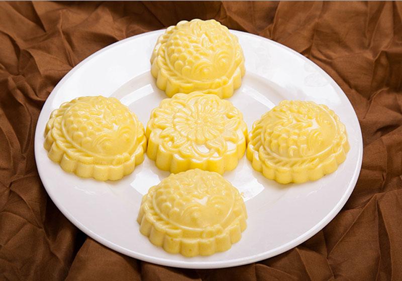Công thức làm bánh Trung thu rau câu nhân sầu riêng. Bánh Trung thu rau câu nhân sầu riêng là loại bánh ngon, lạ mà ăn lại không ngán như bánh Trung thu truyền thống. Hơn thế nữa, loại bánh này lại rất dễ làm và ít tốn công. (CHI TIẾT)