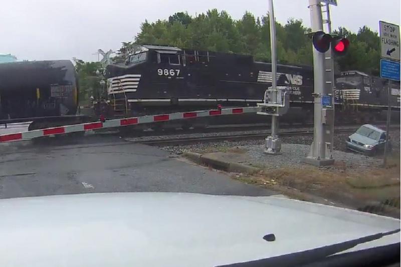 Kẹt giữa đường ray, ôtô bị tàu hỏa cuốn văng. Thanh chắn đường ray xe lửa nâng lên – hạ xuống trong thời gian quá ngắn khiến ô tô bị kẹt lại và bị tàu hỏa cuốn văng. (CHI TIẾT)