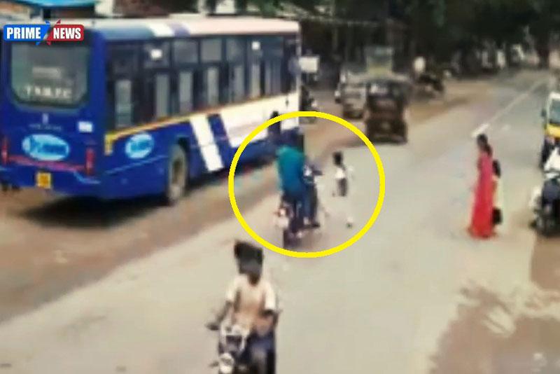Qua đường ẩu, bé trai gặp tai nạn nghiêm trọng. Do chạy qua đường ẩu nên bé trai đã bị xe máy tông khiến em lăn lộn nhiều vòng. (CHI TIẾT)