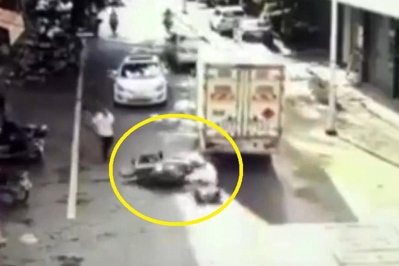 Bố quên tắt máy, 2 bé gặp tai nạn nghiêm trọng. Vì người cha quên rút chìa khoá nên em bé ở đoạn video dưới đây đã bất ngờ vặn ga khiến xe máy tông vào hông xe tải. Cú va chạm khiến cả 2 bé ngồi trên xe đều bị ngã xuống đường. (CHI TIẾT)