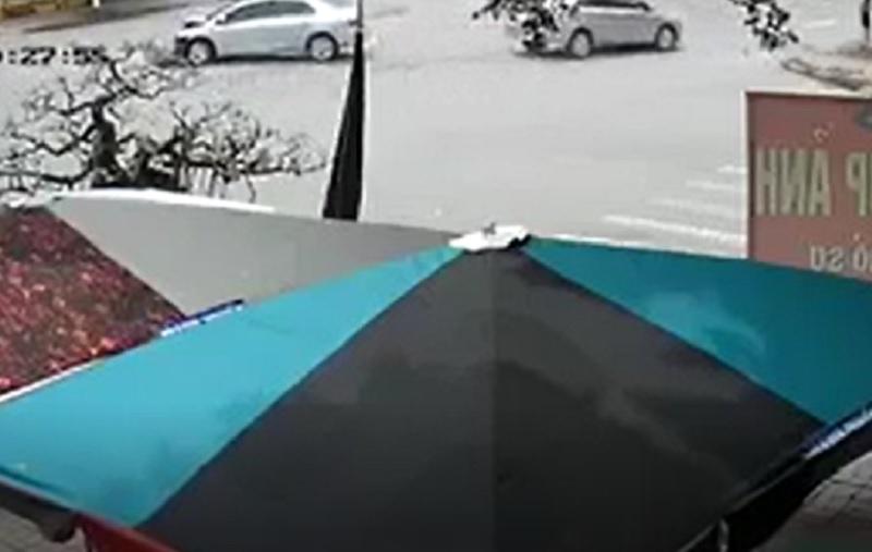 Hai ôtô tông nhau như phim hành động tại Hưng Yên. Do thiếu quan sát và chạy với tốc độ cao nên 2 ô tô đã đâm vào nhau khi đi qua giao lộ tại Hưng Yên khiến 2 xe này móp đầu. (CHI TIẾT)