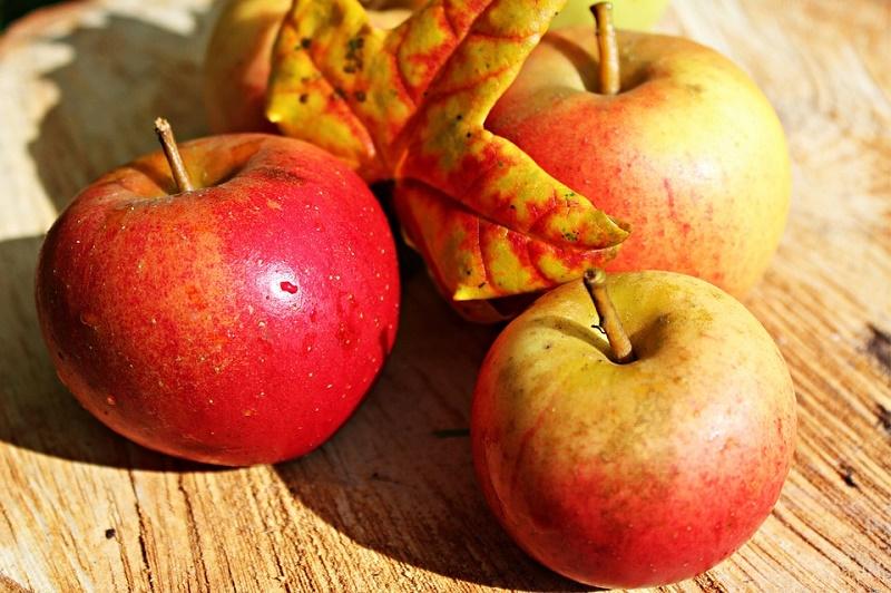 Táo chín giải phóng rất nhiều khí ethylene giúp làm chín hoa quả.