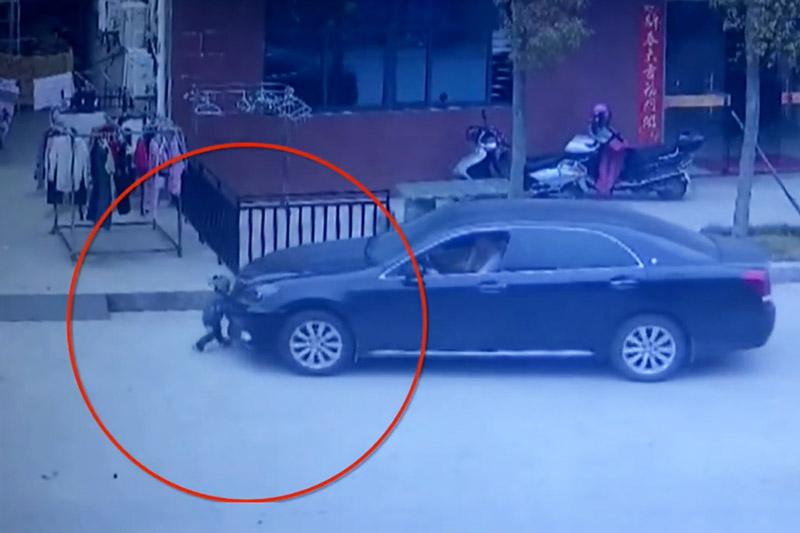 """Chui gầm xe hơi, bé trai 2 tuổi vẫn thoát chết. Một cậu bé 2 tuổi ở tỉnh Phúc Kiến, Trung Quốc đã may mắn thoát chết dù em phải """"chui gầm"""" xe hơi. (CHI TIẾT)"""