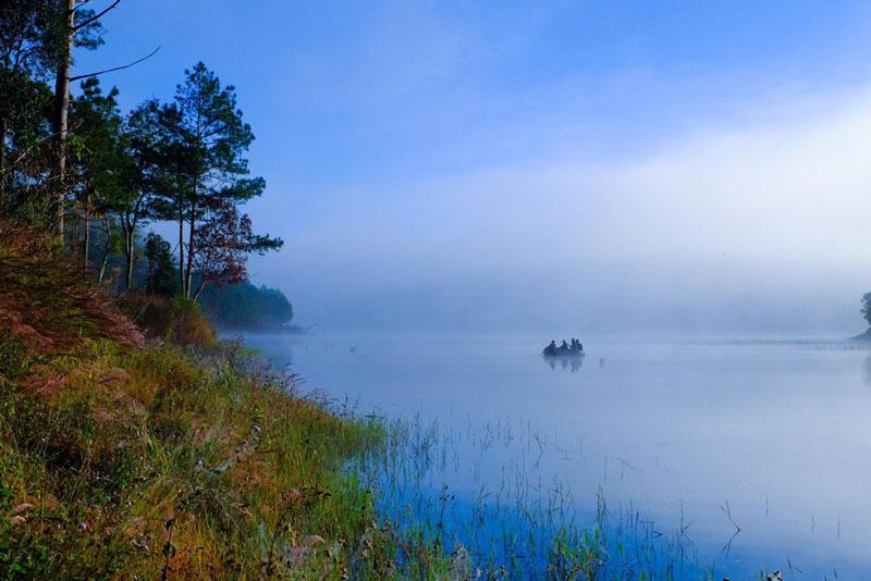 Hồ nước mờ sương. Ảnh: Nguyễn Hải Vinh.