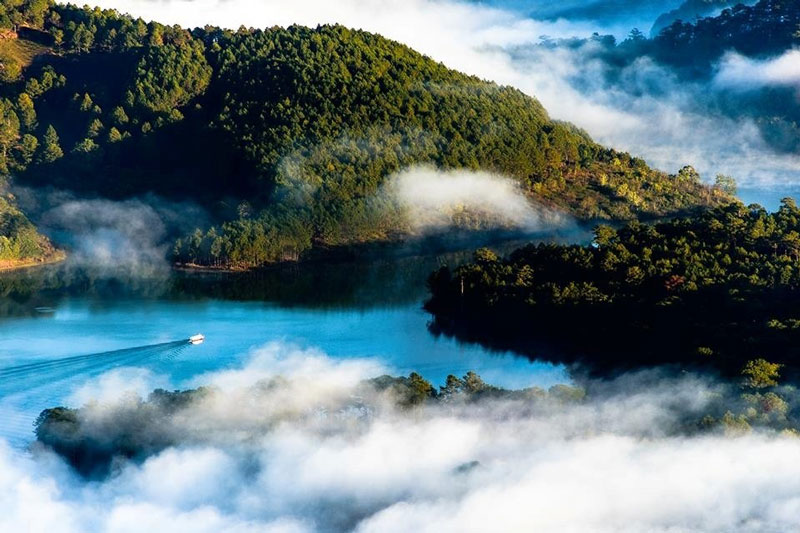 Đây là hồ nước ngọt rộng nhất Ðà Lạt, với diện tích khoảng 320 ha, độ sâu có nơi trên 30m. Ảnh: An Khang.