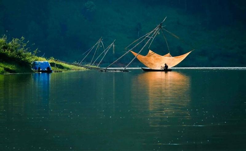 Hồ nằm cách trung tâm thành phố Đà Lạt 7 km và cách thác Ðatanla 2 km. Ảnh: Quy Tran.