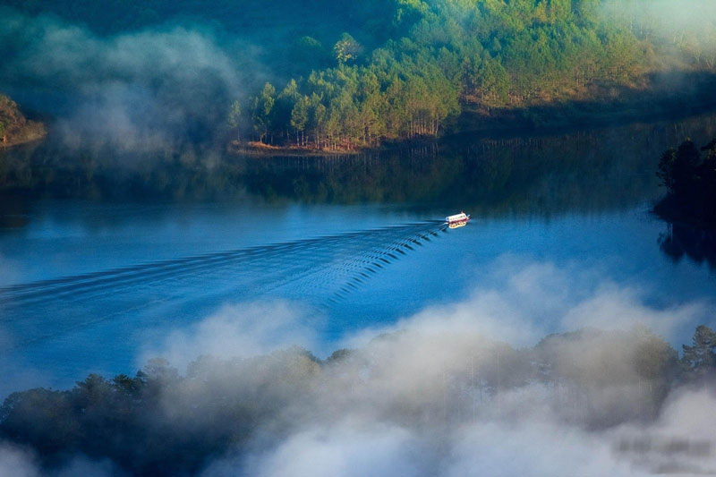 Hồ nằm gần núi Phụng Hoàng, đây được xem là khu phức hợp tập trung nhiều cảnh quan đẹp và dịch vụ du lịch phong phú. Ảnh: PN.