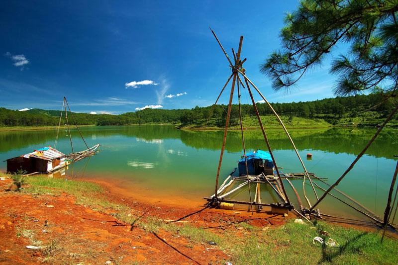 Hồ Tuyền Lâm là một trong 21 khu du lịch quốc gia Việt Nam. Ảnh: Bakura123456.