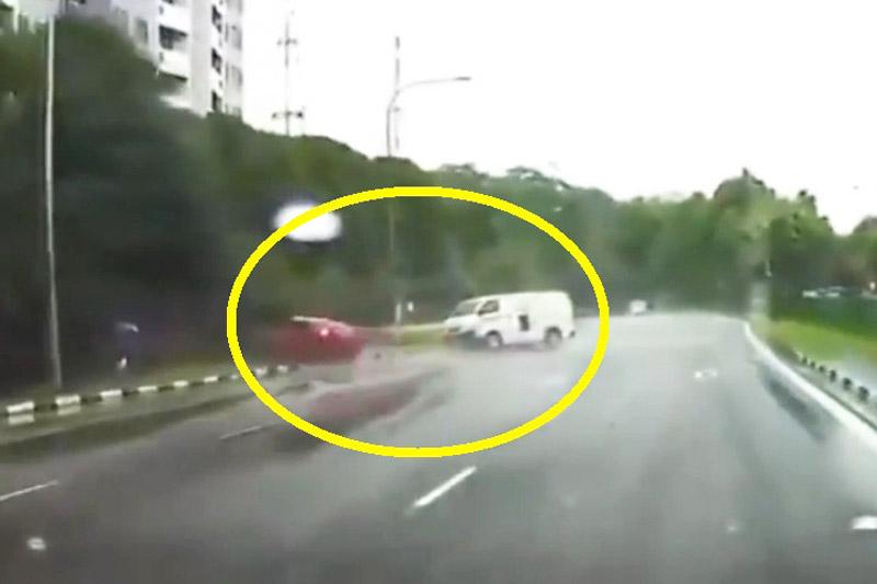 Taxi gây tai nạn vì tài xế chạy ẩu. Do tài xế phóng nhanh và mất lái nên chiếc taxi ở Singapore đã tông phải xe Van. Rất may là không có ai bị thương nặng. (CHI TIẾT)