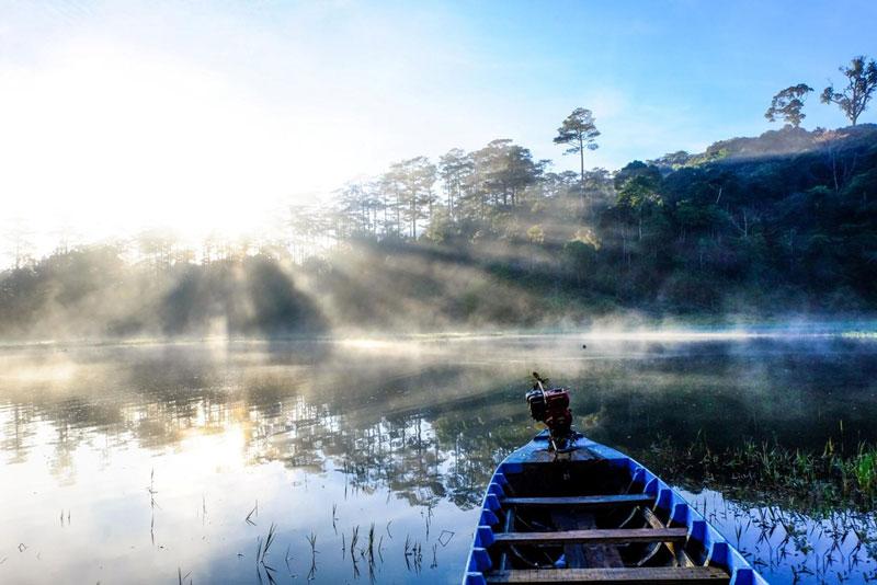 Hồ có nhiều ốc đảo nhỏ và được bao bọc bởi khu rừng thông. Ảnh: Nguyễn Hải Vinh.