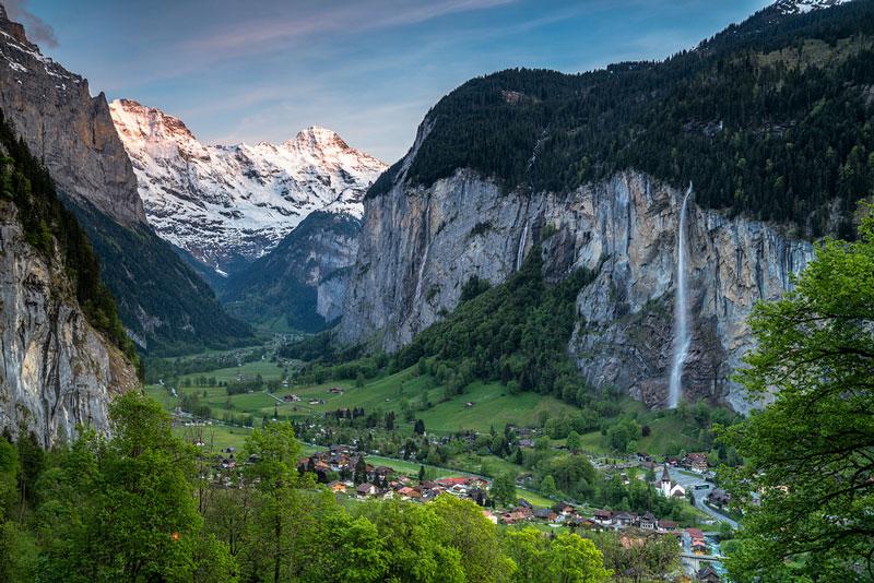 1. Lauterbrunnen. Là một thung lũng nằm ở Interlaken-Oberhasli, Thụy Sĩ. Nơi đây nổi tiếng với vẻ đẹp thanh bình, nhưng cũng không kém phần hùng vĩ, xinh đẹp.