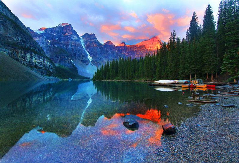 4. Ten Peaks. Là thung lũng trong vườn quốc gia Banff ở Alberta, Canada. Ten Peaks mang vẻ đẹp thơ mộng hùng vĩ với những con sông trong vắt cùng những rừng cây xanh ngắt.