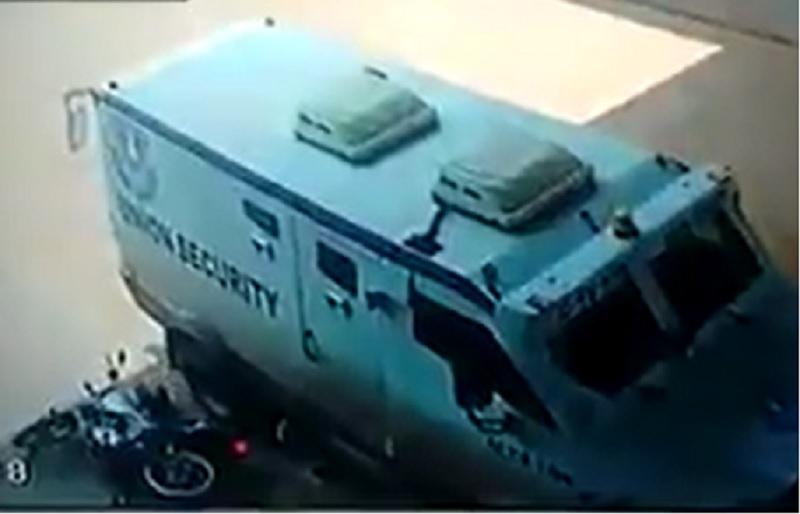 Người đàn ông tử nạn chỉ vì... ngủ trên xe máy. Người đàn ông đang ngủ trên chiếc xe máy dựng bên đường thì bất ngờ ngã xuống. Đúng lúc này, xe ôtô đi qua cán ngang người khiến người này tử nạn. (CHI TIẾT)