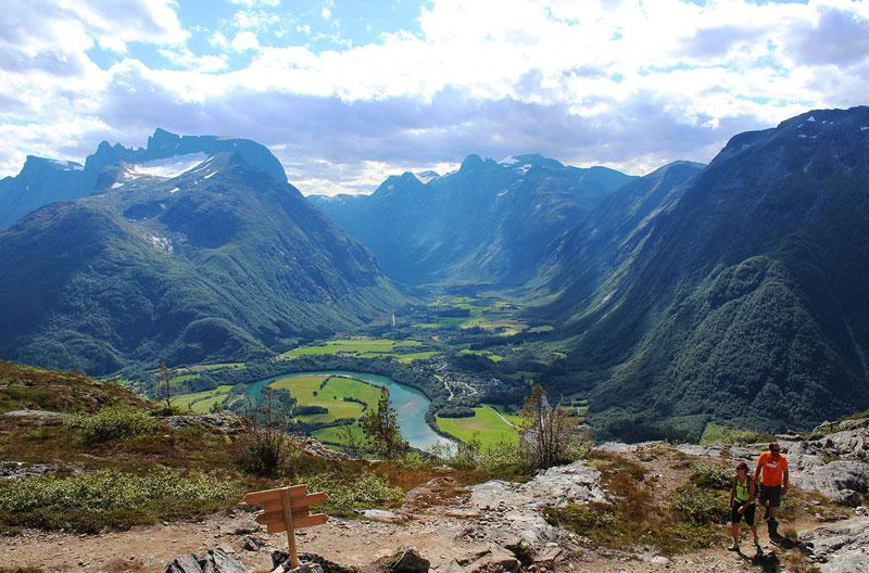 2. Romsdal. Thung lũng dài 60 km, chạy qua khu đô thị Rauma ở huyện More og Romsdal và đô thị Lesja ở hạt Oppland, Na Uy. Địa danh này cũng rất thu hút khách du lịch trong và ngoài nước.
