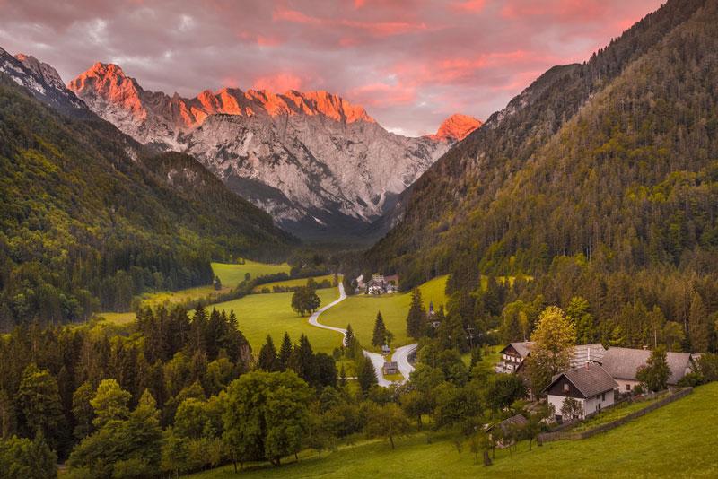 9. Logar. Đây là thung lũng ở dãy núi Alps Kamnik, trong đô thị của Solcava, Slovenia. Thung lũng rộng 24,75 km2. Logar là một trong những thung lũng sông băng hình chữ U điển hình.