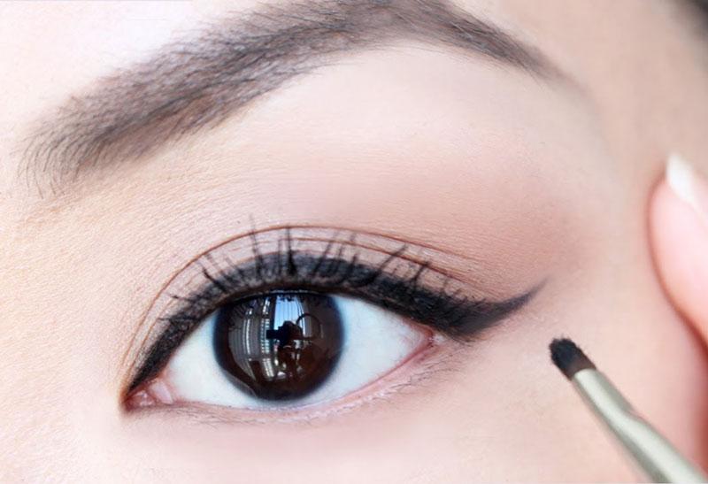 """Kẻ mắt giúp cửa sổ tâm hồn"""" của bạn trở nên to và long lanh hơn. Ảnh minh họa."""